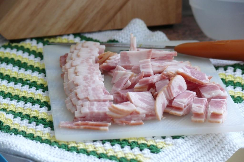 Las recetas que llevan bacon en taquitos, como esta quiche de puerros de en una servilleta quedan muy jugosas por la grasa del mismo
