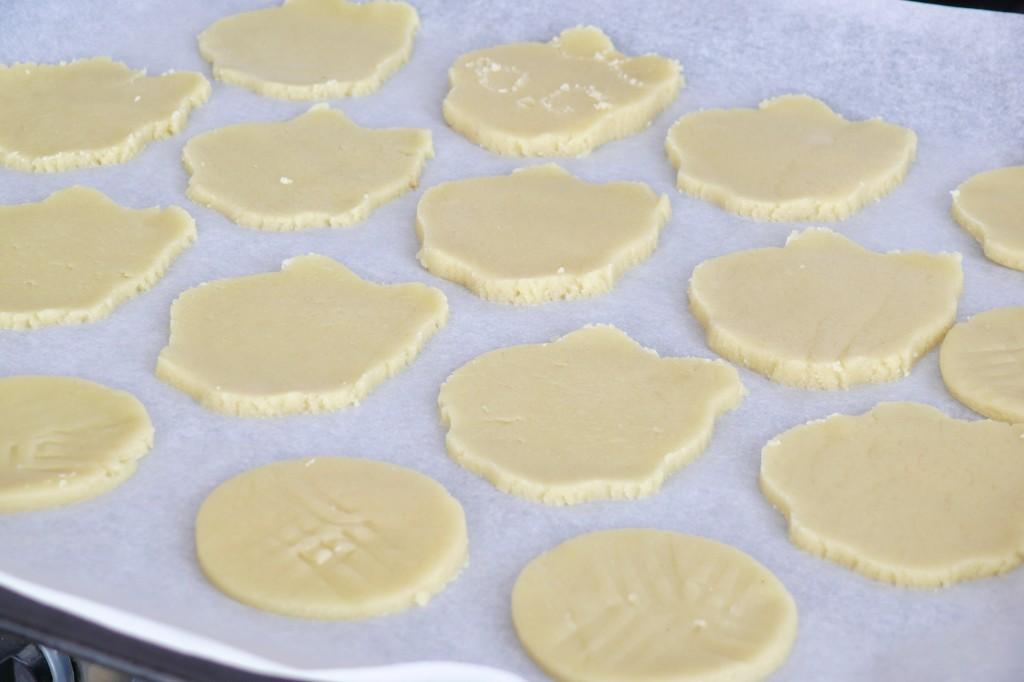 Una vez que hemos cortado las galletas con el cortapastas las colocamos en una bandeja de horno con papel para que no se peguen.