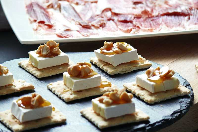 Crackers Con Queso Brie, Nueces Y Miel
